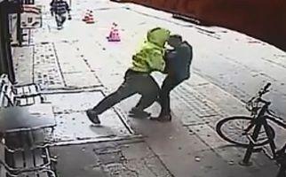 شگرد وحشتناک مرد بیخانمان برای سرقت از عابر پیاده +فیلم
