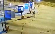 تصادف یک مرد با خودرو در عوارضی + فیلم