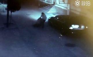حمله مرد شیطان صفت به زن جوان در تاریکی خیابان! +فیلم