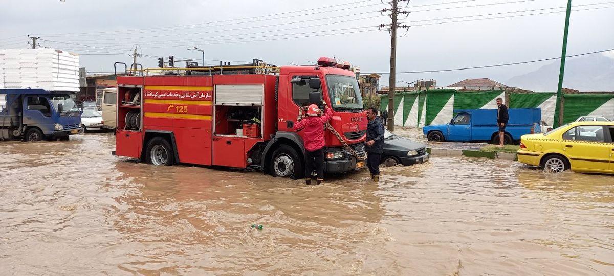 امداد رسانی به محلات درگیر در اولین باران پاییزی کرمانشاه