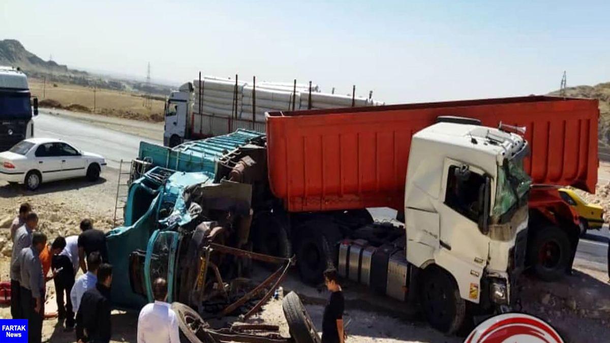 تصادف خونین تریلر و کامیون در محور مهران - ایلام