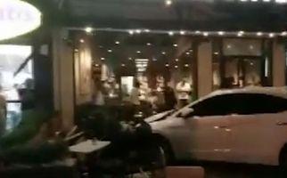لحظه انحراف ناگهانی خودرو به داخل کافی شاپ! +فیلم