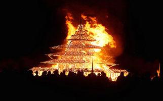 یک معبد در حال ساخت در آتش سوخت + فیلم