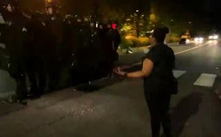 بازداشت وحشیانه یک زن معترض توسط ماموران پلیس پورتلند+فیلم