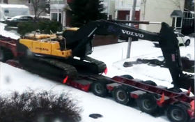 تلاش جالب بیل مکانیکی برای نجات تریلی از جاده برفی + فیلم