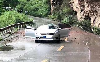 لحظه وحشتناک سقوط سنگ روی خودرو+فیلم