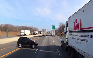 تصادف وحشتناک یک خودرو با دو تریلی در اتوبان+فیلم