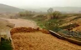 لحظه رسیدن سیلاب سهمگین به شهرستان کوهرنگ + فیلم