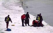 نجات دراماتیک: مردی که از آبهای یخی دریاچه میشیگان بیرون کشیده شد