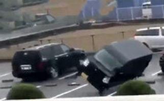 لحظاتی هولناک که طوفان ژاپن خانه و ماشینها را هم میبرد!