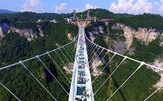 افتتاح طولانیترین پل شیشهای جهان در چین + فیلم