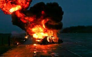 نجات مرد از وسط آتش خودرو + فیلم