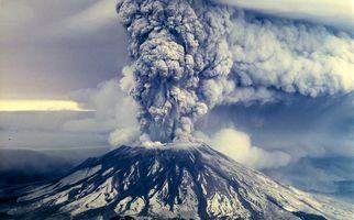 فیلم/ فوران یک کوه آتشفشان در اندونزی