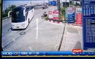 فیلم/ نجات معجزه آسای یک زن از زیر چرخ های اتوبوس