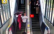 لحظه در خطر قرار گرفتن زن و مرد سالخورده در مترو! +فیلم