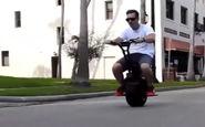 اسکوتر جذابی که شبیه به موتورسیکلت تک چرخ است