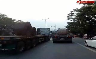 فیلم/ واژگونی کامیون در وسط خیابان حادثه آفرید