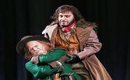 گریم عجیب نوید محمدزاده و هوتن شکیبا در نمایى از نمایش