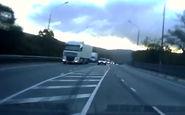 رانندگی خطرناک در جاده باعث تصادف شد + فیلم