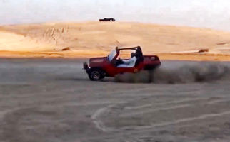 پرتاب شدن راننده به بیرون، حین انجام حرکات نمایشی با خودرو