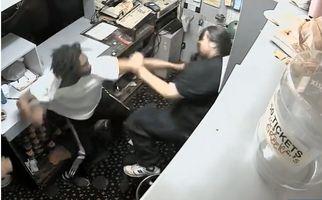 حمله با توپ بولینگ به کارمند سالن بولینگ!+فیلم
