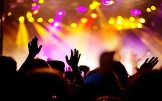 حادثه غافلگیرکننده برای خواننده حین اجرای کنسرت +فیلم