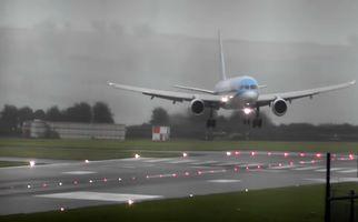 لحظه فرود دلهره آور هواپیما حین وقوع طوفان!
