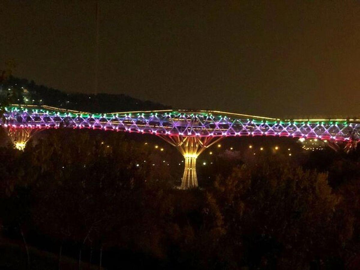 پل طبیعت به رنگ پرچم ایران