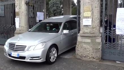 صف کشیدن خودروهای نعش کش در قبرستانهای ایتالیا پس از شیوع کرونا + فیلم