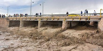 تخریب پل ورودی شهر کهنوج بر اثر بارش شدید باران و سیلاب