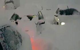 مدفون شدن خودروها در برف در جاده سراوان به فومن