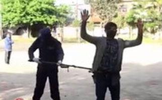 پلیس نپال و افرادی که قرنطینه خانگی را نقض میکنند!