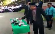 له کردن تلفن همراه دهها دانش آموز با چکش در مراسمی باشکوه!