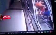 لحظه هولناک سقوط کودک از آغوش مادرش روی پله برقی