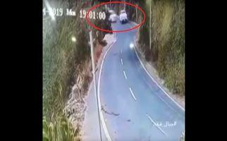 لحظه نفس گیر سقوط اتومبیل از بلندترین منطقه عربستان +فیلم