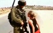 دختر سوری با مشت گرهخورده در مقابل سرباز ارتش ترکیه