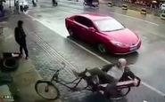 تصادف عمدی یک خودرو با پیرمرد دوچرخه سوار + فیلم