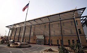 لحظه شکستن درب سفارت آمریکا توسط مردم عراق+ فیلم