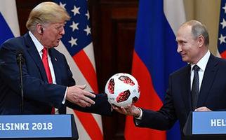 اهدای توپ جام جهانی به ترامپ از طرف پوتین+فیلم