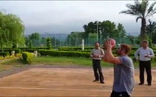 نمایش محمدرضا گلزار در زمین بسکتبال