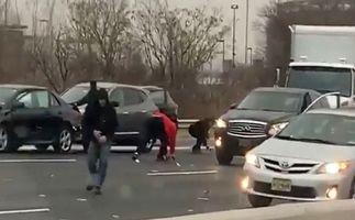 باران پول در اتوبان پس از تصادف خودروی حمل اسکناس! + فیلم