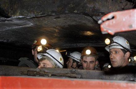 بیش از ۸۰۰ معدنچی در آفریقایجنوبی در زیر زمین محبوس  شده اند
